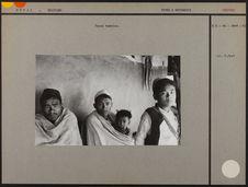 Hommes et enfants népalais