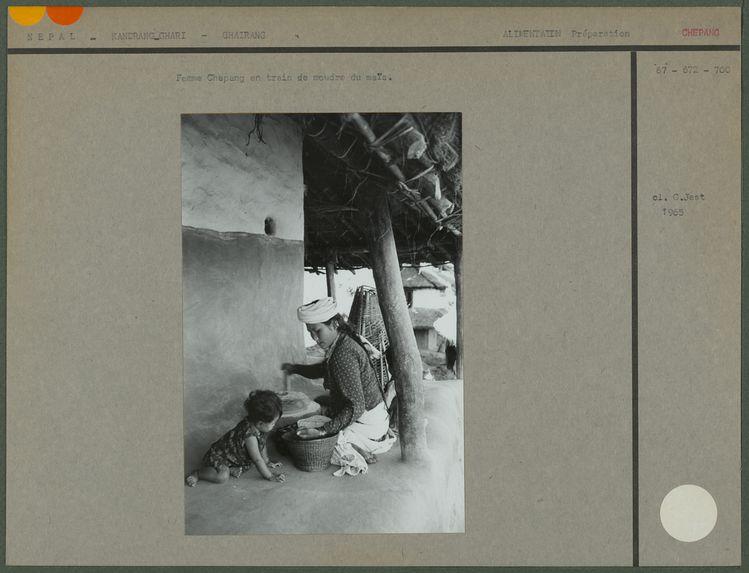 Femme Chepang en train de moudre du maïs