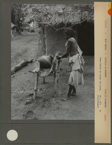Femme Santal se lavant les mains