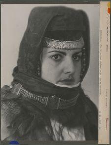 Kolkhozienne vêtue du costume régional du village de Khidzoreko