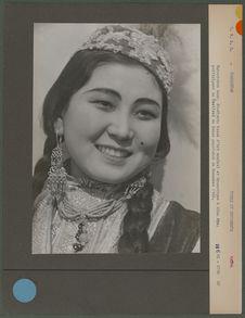 Bakoutaèva Azar, étudiante kazak d'Art musical et Dramatique à Alma Ata ;...
