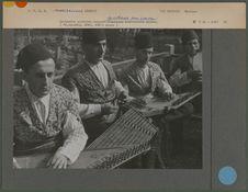 Orchestre arménien composé de cithares sur caisse