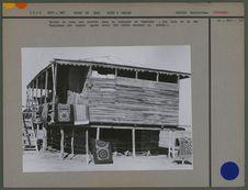 Maison de bois sur pilotis dans la bourgade de Gomichan, non loin de la mer...