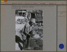 Femme Kurde portant une boule faite de paille et de bouse de vache