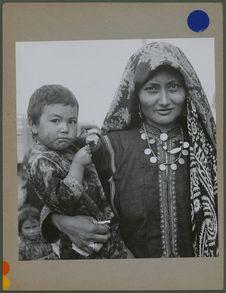 Femme turkmène et son enfant