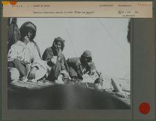 Bédouins chameliers prenant le café