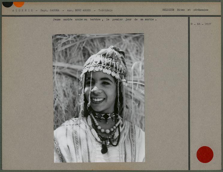 Jeune mariée arabe ou berbère, le premier jour de sa sortie.