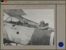 Le Général Laperrine prenant place à bord de son avion à Tamanrasset