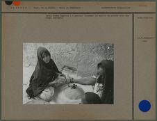Jeune femme regibia tournant le moulin de pierre