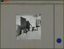 Enfants contre le mur de la mosquée