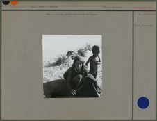Femme et enfant auprès d'une sortie de foggara