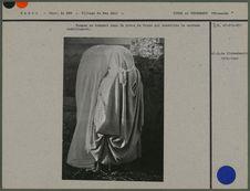 Femmes se drapant dans la pièce de tissu