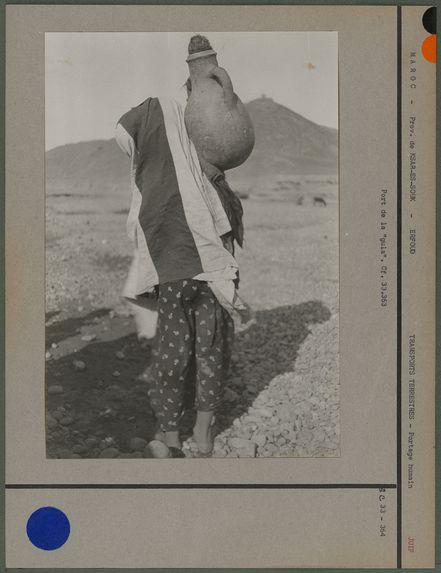 Femme de douze ans, port de la cruche