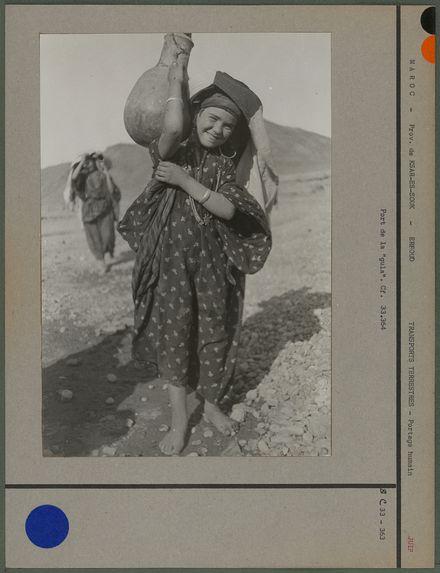 Femme de 12 ans - port de la cruche
