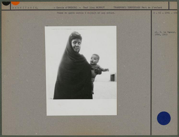 Femme de garde cercle à Akjouj et son enfant