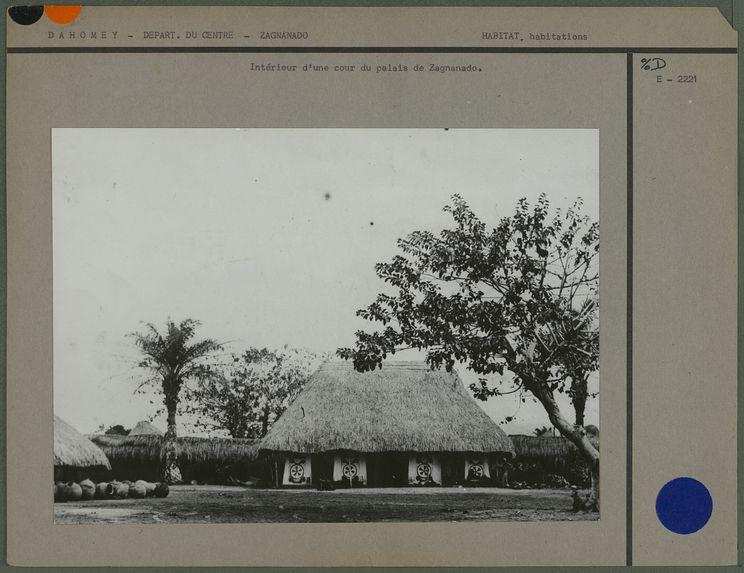Intérieur d'une cour du palais de Zagnanado