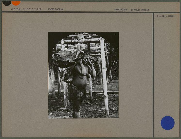 Sans titre [femme portant du bois et un enfant]
