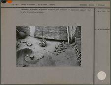 Concassage de tessons de poteries anciennes
