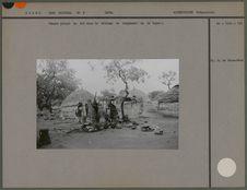 Femmes pilant le mil dans le village