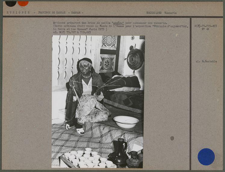 """Artisane préparant des brins de paille """"akeïma&quot"""
