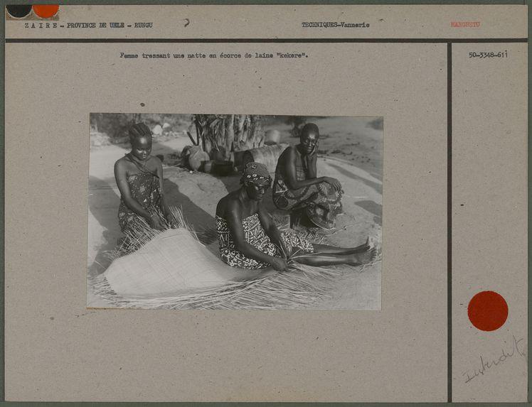 """Femme tressant une natte en écorce de laine """"kekere&quot"""