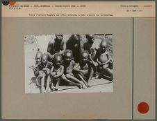 Groupe d'enfants Mangbetu aux crânes déformés