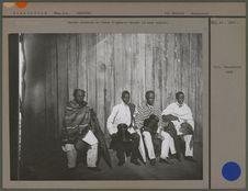 Quatre notables en tenue d'apparat devant la case royale