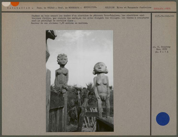 Statues en bois ornant les tombes d'un cimetière de pêcheurs Vezo-Sakalava