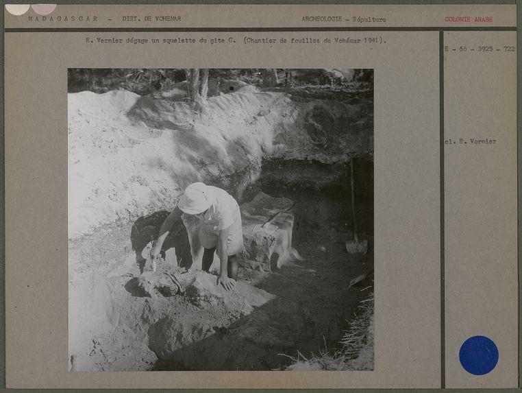 E. Vernier dégage un squelette du gite C