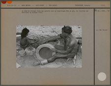 Le chef du village lisse une poterie avec un coquillage