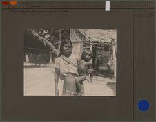 Mére Tucuna avec son enfant à cheval sur la hanche
