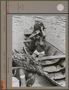 Femmes portant du manioc