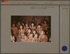 Représentants de la tribu écoutant leurs chants enregistrés