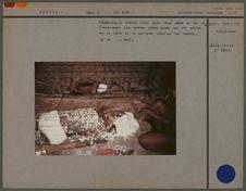 Préparation du cadavre d'une jeune femme morte en vue de l'enterrement