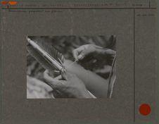 Roucouyenne préparant une flèche