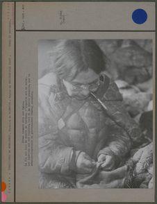 Femme cousant dans son igloo