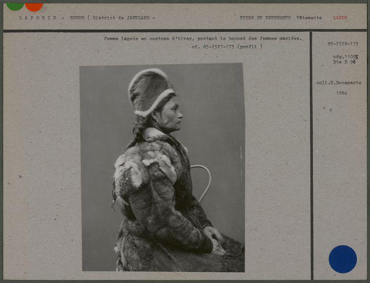 Femme lapone en costume d'hiver