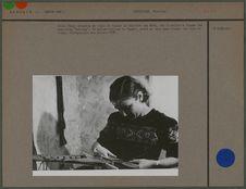 Jeune femme en train de tisser la ceinture des Setu