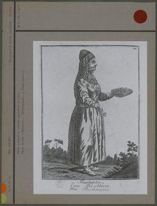 Femme portant un costume en soie (?)