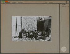 Groupe devant une maison