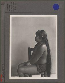 Sans titre [portrait de femme assise]
