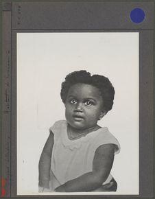 Habitant de Surinam [portrait d'un enfant assis]