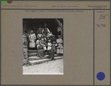 Groupe d'hommes, de femmes et d'enfants présentant des déformations crâniennes