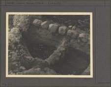 Cuvettes taillées dans le rocher de la grotte