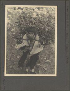 Transport de bois par une femme