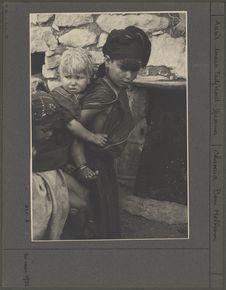 Fillette portant son frère
