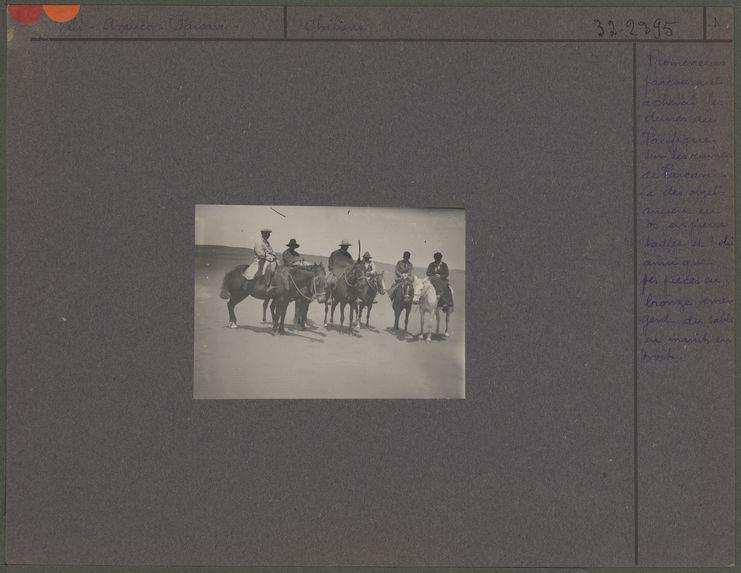 Promeneurs parcourant à cheval les dunes du Pacifique sur les ruines de Paicavi