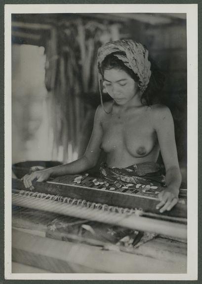 Balinaise avec turban ajouré