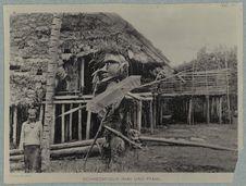 Maison Dayak avec un génie protecteur