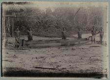 Waipapan (prauw met planken boorden) in aanbouw